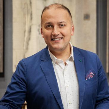Primer plano de José Manuel Sánchez Director comercial y cofundador de la empresa de parquet WINco