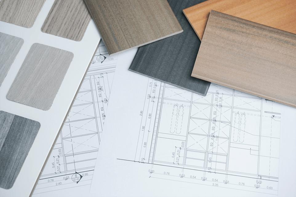 Bodegón de planos y muestras de suelos de madera