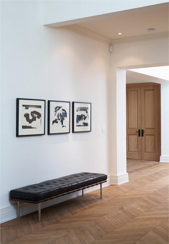 Primer plano de pavimento de madera en una habitación