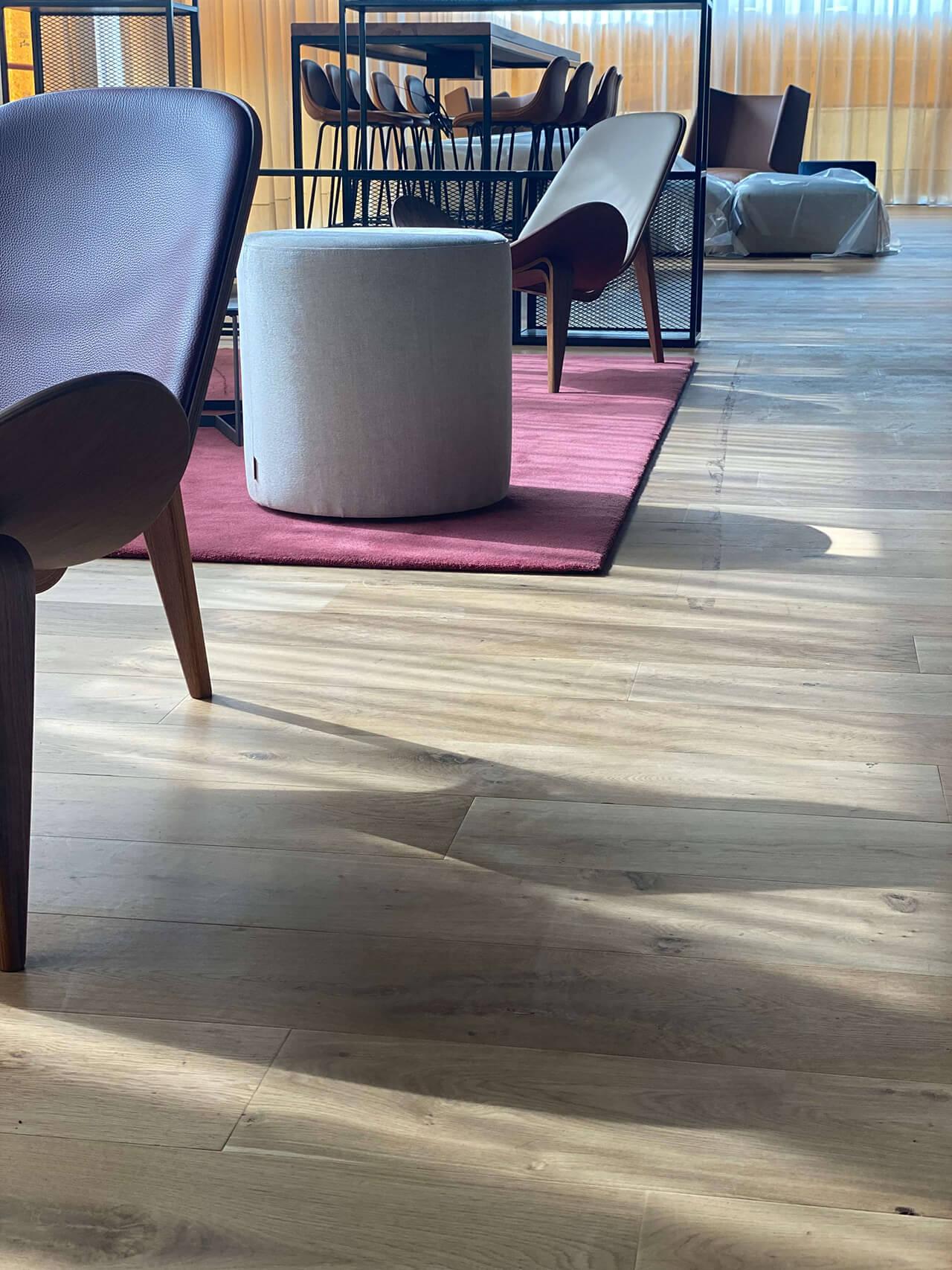 Detalle del parquet de roble envejecido WINco Lorraine en el hall del Hotel Paxton Barcelona