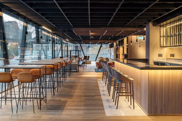 Primer plano del parquet de roble envejecido WINco Lorraine en el restaurante del Hotel Paxton Barcelona