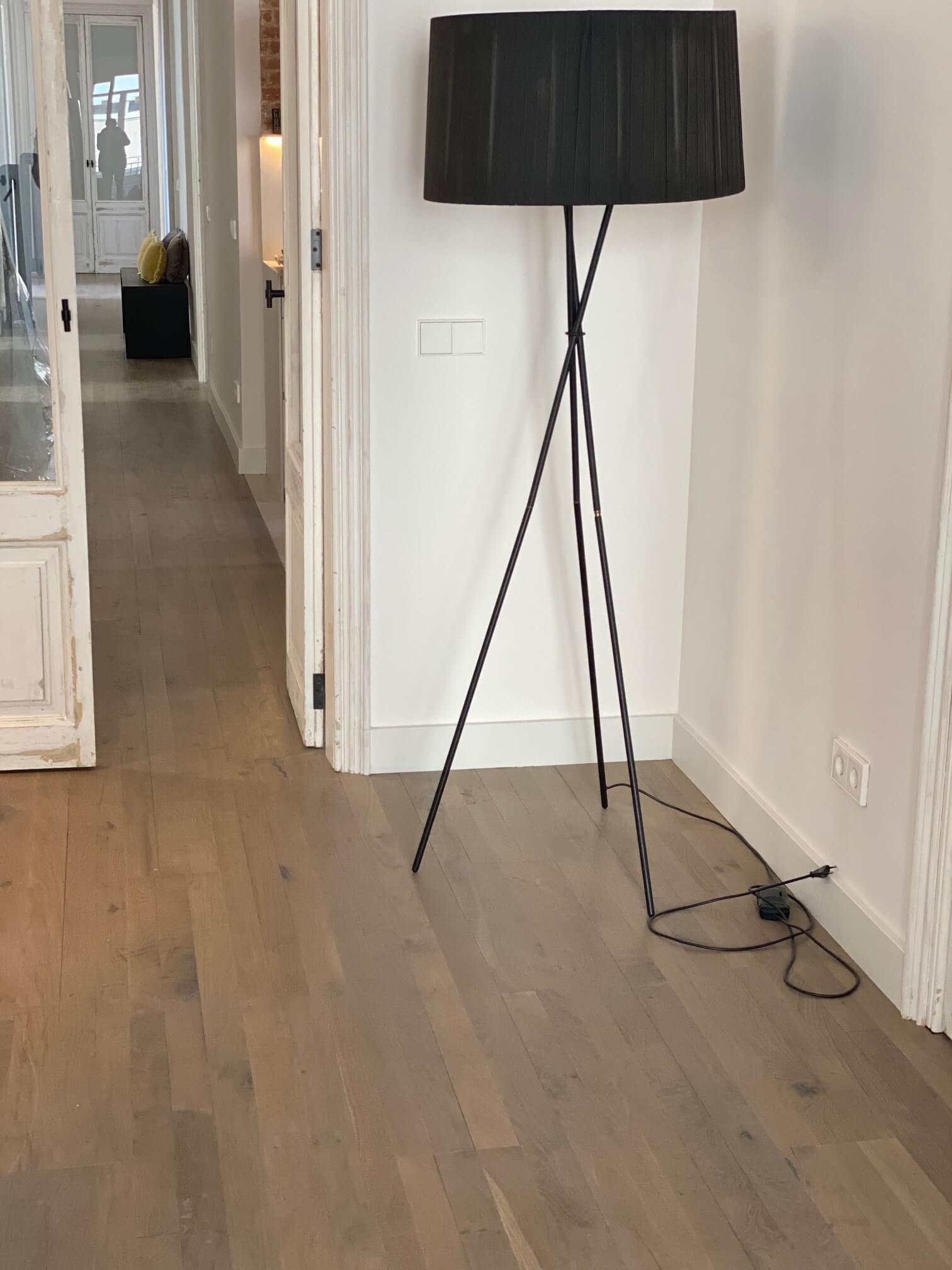 Primer plano del parquet de roble envejecido teñido gris WINco Triple 3074 en el salón de la vivienda