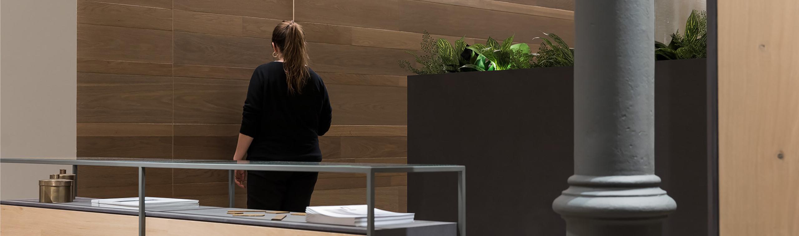 Imagen de una persona andando por detrás del mostrador de WINco