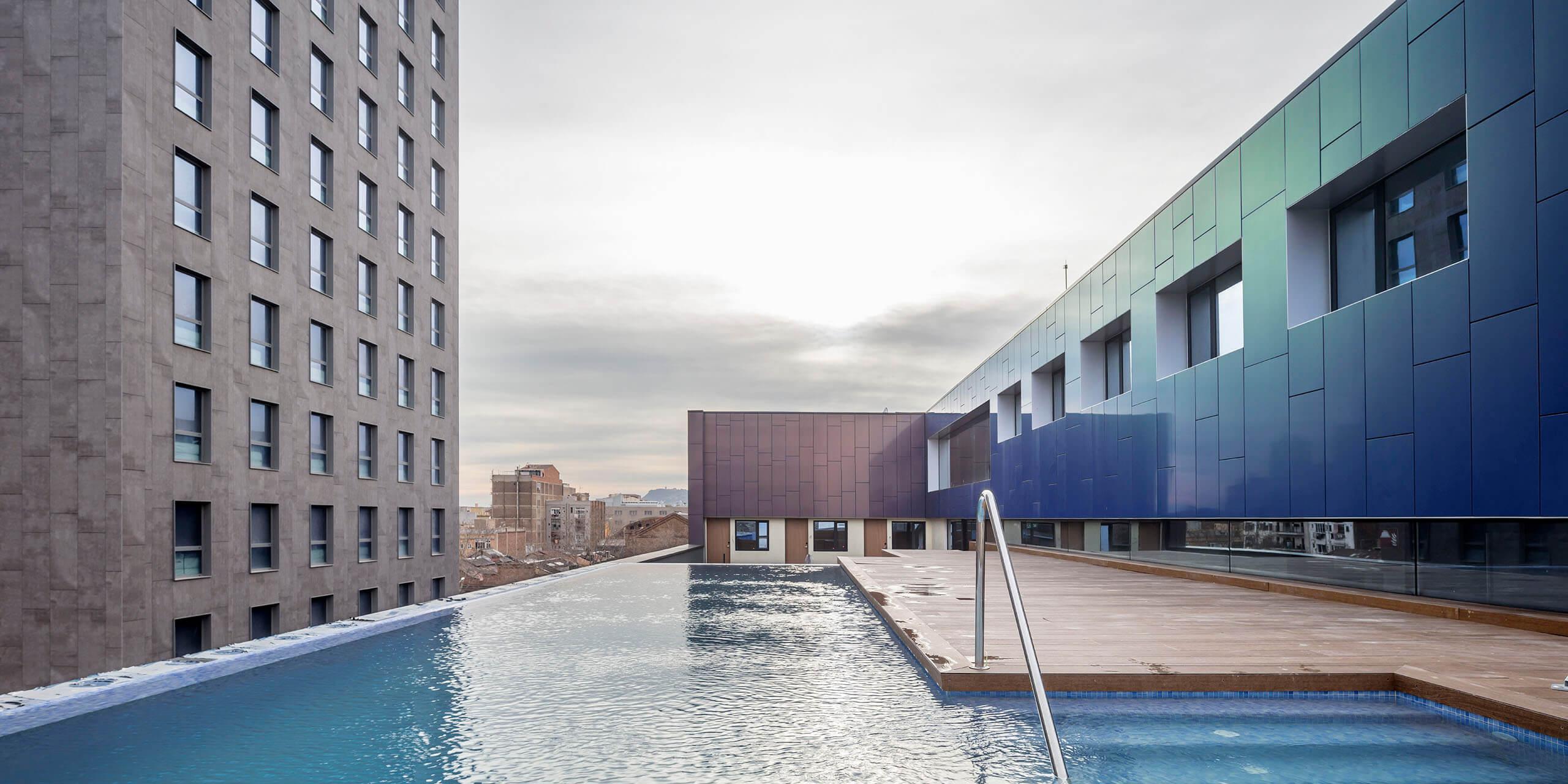 Primer plano de la piscina del Hotel Paxton Barcelona con madera para exterior de WINco