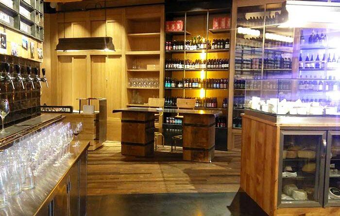 : Primer plano del suelo de madera recuperada WINco Imondi en el restaurante La Caníbal de Madrid