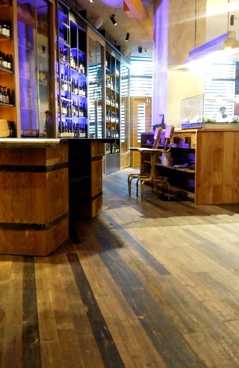 Perspectiva del parquet reclaimed WINco Imondi en la zona de vinos del restaurante La Caníbal de Madrid
