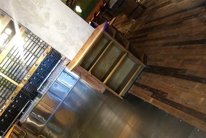 Detalle del parquet de roble recuperado WINco Imondi en el restaurante La Caníbal de Madrid